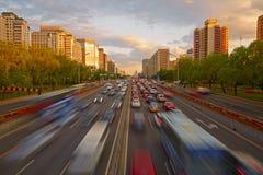Calle de las finanzas de Pekín, vehículos en el movimiento, puesta del sol imagen de archivo libre de regalías