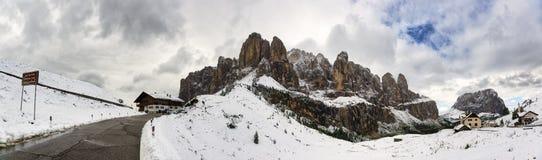 Calle de las montañas con paisaje nevoso en las montañas Foto de archivo