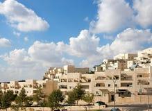 Calle de las nuevas construcciones de viviendas bajo la nube azul fotos de archivo