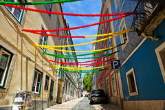 Calle de Lisboa con la decoración del día de fiesta durante el festival de Lisboa, Po Imagen de archivo libre de regalías