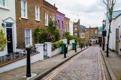 Calle de Londres de pequeñas casas colgantes victorianas del siglo XIX típicas Imagen de archivo libre de regalías
