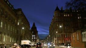 Calle de Londres en la oscuridad con los peatones, vídeo de interés general hermoso del ciclista metrajes