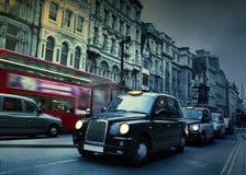 Calle de Londres Taxis Imágenes de archivo libres de regalías