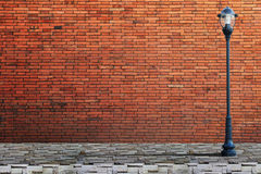 Calle de los posts de la lámpara en la pared de ladrillo imagen de archivo libre de regalías
