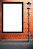 Calle de los posts de la lámpara y cartelera en blanco imagenes de archivo