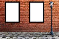 Calle de los posts de la lámpara y cartelera en blanco en la pared Imagen de archivo