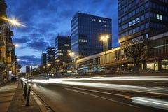 Calle de los rascacielos en la noche en el centro de ciudad Fotografía de archivo
