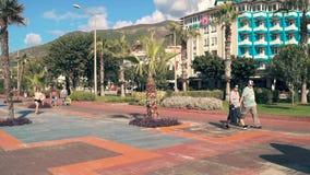 Calle de los revestimientos de un rato del centro turístico almacen de metraje de vídeo
