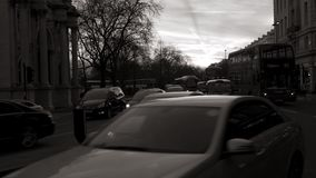 Calle de mármol del arco en la oscuridad con la calle británica Londres blanco y negro almacen de video