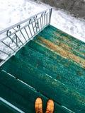 Calle de madera verde de la escalera y del invierno Imagenes de archivo