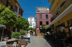 Calle de Marbella con los turistas Imagen de archivo libre de regalías