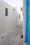 Calle de Medina en Sousse con las configuraciones blancas Imágenes de archivo libres de regalías