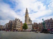Calle de Meir, torre sola de la catedral de nuestra señora, fuente con la estatua de Brabo en el cuadrado de Grote Markt con la  foto de archivo