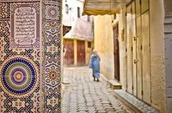Calle de Meknes con el adornamiento de los azulejos Foto de archivo