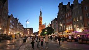 Calle de mercado larga en Gdansk en la noche almacen de video
