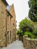 Calle de Mont Saint-Michel, Francia Imagenes de archivo