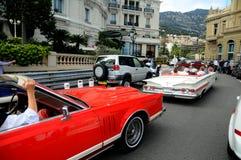 Calle de Monte Carlo - limusina del coche del veterano fotos de archivo