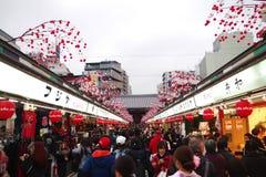 Calle de Nakamise Dori en el templo del ji de Sensou Imagen de archivo libre de regalías