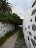 Calle de Narrrow con las cercas típicas de Canarios Fotos de archivo libres de regalías