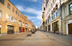 Calle de Nikolskaya en Moscú Fotos de archivo