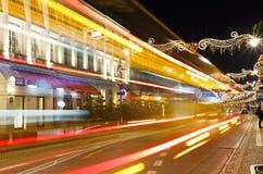 Calle de Nowy Swiat en la noche cubierta con con la decoración festiva Imágenes de archivo libres de regalías