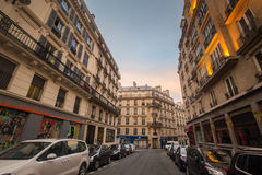Calle de París, Francia en la puesta del sol Fotos de archivo libres de regalías