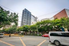Calle de Paseo de Roxas delante de la entrada de las compras de la zona verde encendido Imagen de archivo