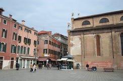 Calle de Pedestrianized en el centro de Venecia Imágenes de archivo libres de regalías