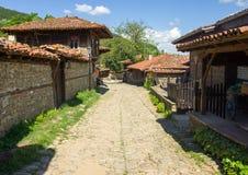 Calle de piedra en el pueblo balcánico Fotos de archivo libres de regalías