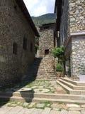 Calle de piedra entre los edificios de piedra imágenes de archivo libres de regalías