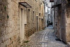 Calle de piedra estrecha de Trogir, Croatia Imagenes de archivo