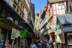 Calle de piedra de piedra medieval con las casas de piedra con los cafés, restaurantes y tiendas de souvenirs y gente caminando a imagen de archivo libre de regalías