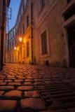 Calle de Praga en la noche con la alcantarilla Foto de archivo libre de regalías