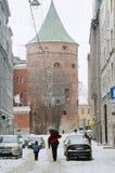 Calle de Riga vieja en día de la nieve antes de la Navidad Fotos de archivo