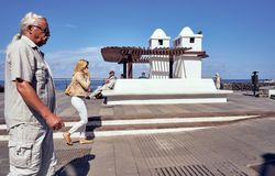 Calle de SAN Telmo, Puerto de Λα Cruz, Tenerife, Ισπανία - 27 Οκτωβρίου 2018: Άνθρωποι σε μια βιασύνη, που φωτογραφίζονται κατά τ στοκ εικόνες