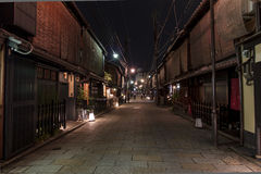 Calle de Shinbashi-dori en el distrito de Gion en Kyoto, Japón. Foto de archivo