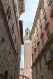 Calle de Siena viejo, campanil en Italia Foto de archivo libre de regalías