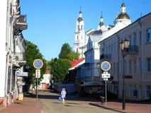 Calle de Suvorov cerca de la iglesia de Voskresenskaya Rynkovaya Foto de archivo libre de regalías
