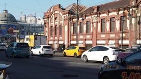 Calle de Svetlanskaya con los edificios viejos hermosos