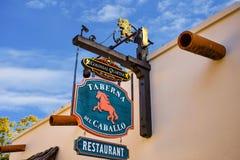 Calle de Taberna del Caballo Sign adentro San Jorge en la ciudad vieja en la costa histórica de la Florida fotografía de archivo