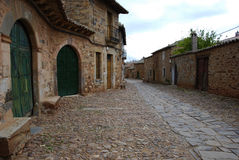 Calle de Tipical hecha de piedra en León. España. Foto de archivo