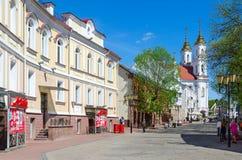 Calle de Tolstoy con vista de la iglesia santa de Rynkovaya de la resurrección, Vitebsk, Bielorrusia Fotografía de archivo libre de regalías