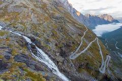 Calle de Trollstigen en Noruega en la luz de la mañana Imágenes de archivo libres de regalías