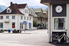Calle de una ciudad noruega entre las montañas Foto de archivo