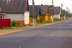 Calle de una pequeña ciudad con casas privadas rurales foto de archivo libre de regalías
