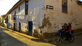 Calle de Urubamba en el amanecer Fotos de archivo libres de regalías