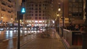 Calle de Valencia con tráfico del carril y de coche de la bici en la noche, España metrajes