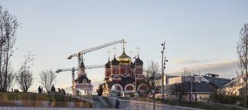 Calle de Varvarka con las catedrales y las iglesias - situadas cerca de Plaza Roja en Moscú, Rusia-- visión desde el parque moder Fotografía de archivo libre de regalías