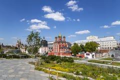 Calle de Varvarka con las catedrales y las iglesias - situadas cerca de Plaza Roja en Mosc?, Rusia foto de archivo