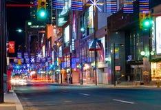 Calle de Yonge en Toronto en el tiempo de la Navidad Imagenes de archivo